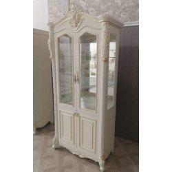 Белая двухдверная витрина Джоконда с золотой патиной