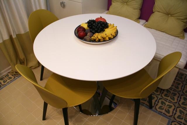 Как правильно выбрать стол на современную кухню